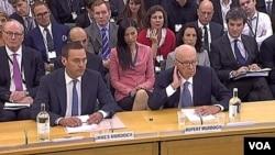 James Murdoch (kiri) bersama ayahnya, Rupert Murdoch saat memberikan keterangan di depan komisi penyelidik parlemen Inggris di London (19/7).