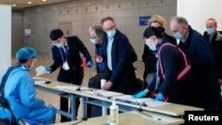 世衛組織新冠病毒源頭調查組成員抵達上海浦東機場。(2021年2月10日)