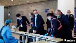 資料照片:恩巴雷克和其他世衛組織新冠病毒源頭調查組成員抵達上海浦東機場。 (2021年2月10日)