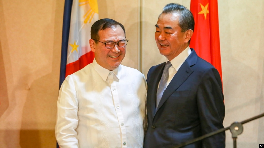 Ngoại trưởng Philippine Teodoro Locsin Jr. (trái), và ngoại trưởng Trung Quốc Vương Nghị trong chuyến viếng thăm thành phố Davao miền nam Philippines, ngày 29/10/2018.