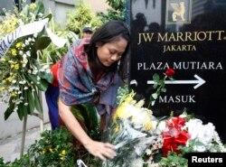 Seorang perempuan meletakkan karangan bunga untuk para korban pemboman hotel JW Marriott di Jakarta, 20 Juli 2009.