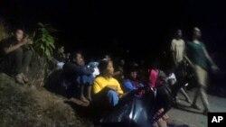 인도네시아 롬복 섬 주민들이 지진 직후 몸을 피하고 있다.