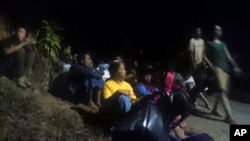 Người dân chạy lên nơi đất cao sau khi chính quyền phát cảnh báo sóng thần hôm 5/8.