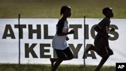 FILE - Archives - Les athlètes juniors passent devant un panneau de l'athlétisme kenyan lors d'une course à Eldoret, dans l'ouest du Kenya, le 31 janvier 2016.