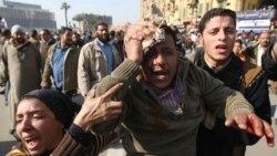 یک تظاهرات کننده مجروح در میدان اصلی قاهره. روز چهارشنبه چند هزار نفر از طرفداران حسنی مبارک، رییس جمهوری مصر که شماری از آنها سوار بر شتر و اسب بودند، با مخالفان دولت در قاهره درگیر شدند - ۲ فوریه ۲۰۱۱
