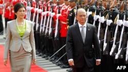 Presiden Burma Thein Sein (kanan) didampingi PM Thailand Yingluck Shinawatra (kiri), disambut dengan upacara penghormatan setibanya di Bangkok (23/7).