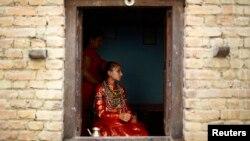 Kumari Samita Bajracharya terlihat dari jendela rumahnya di Lalitpur, Nepal. (Foto: Dok)
