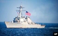 """Kapal perusak Angkatan Laut AS USS Stethem melewati perairan timur Semenanjung Korea dalam latihan militer bersama Angkatan Laut AS dan Angkatan Laut Korea Selatan """"Operasi Foal Eagle, 22 Maret 2017. (Foto: Angkatan Laut AS)"""