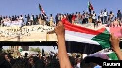 수단 수도 하르툼의 국방부 청사 밖에서 시위자들이 오마르 알바시르 대통령의 퇴진 요구를 하고 있다.