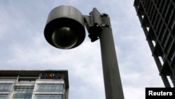 北京一座建筑旁的监视探头