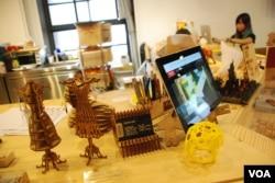 黃駿賢的店內展示顧客設計的產品(美國之音湯惠芸)