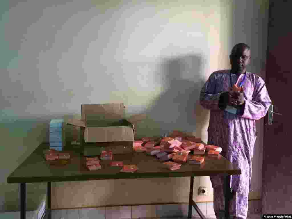 Les bulletins de vote stockés à la mairie du 5e arrondissement de Niamey sont prêts à être distribués. (VOA/Nicolas Pinault)