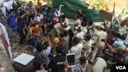 Former residents of the Borei Keila community clashed with security forces during the fifth anniversary of the violent eviction on Tuesday, January 3, 2017. (Kann Vicheika/VOA Khmer)