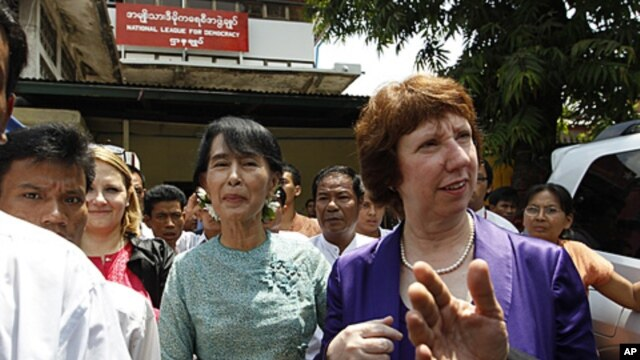 Burma's pro-democracy leader Aung San Suu Kyi (C) walks next to European Union Foreign Policy chief Catherine Ashton after their meeting and news conference in front of the National League for Democracy head office in Rangoon, April 28, 2012.