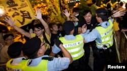 Các nhà hoạt động ủng hộ dân chủ đụng độ với cảnh sát trong cuộc biểu tình bên ngoài khách sạn tại Hồng Kông, nơi Phó Tổng thư ký Ủy ban Thường vụ Quốc hội Trung Quốc Lý Phi đăng ở, ngày 1/9/2014.