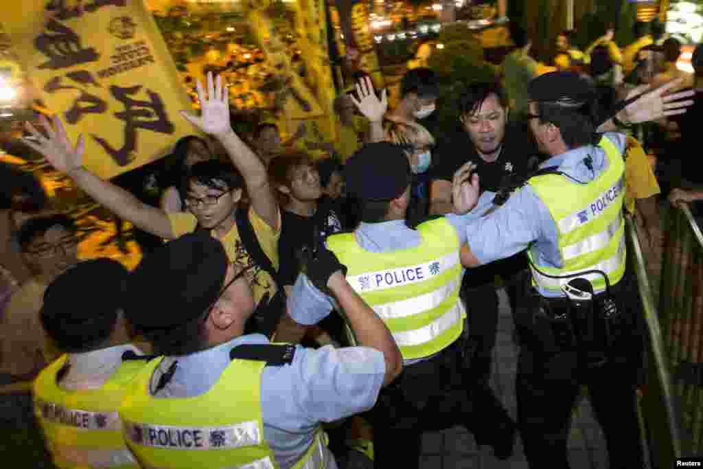 Para aktivis pro-demokrasi bentrok dengan polisi dalam protes di luar hotel tempat Wakil Sekretaris Jenderal Komite Kongres Rakyat Nasional China (NPC) Li Fei menginap di Hong Kong (1/9).