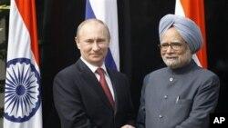 Presiden Rusia Vladimir Putin (kiri) disambut PM India Manmohan Singh di kediamannya di New Delhi, India (24/12).