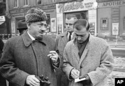 John Steinbeck tại chốt kiểm soát quân sự từ phía Tây Berlin, 11 tháng 12, 1963. Có một khoảnh khắc, Steinbeck chống lại một lính gác ở phía Đông và bước qua lằn sơn trắng phân cách biên giới Đông và Tây Đức. Ông thăm Berlin 5 ngày trong chuyến thăm Châu Âu 2 tháng, kết thúc bằng chuyến thăm Moscow. (AP Photo/Edwin Reichert)