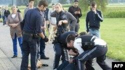 Cảnh sát Áo bắt giữ kẻ tình nghi sau khi người này dùng dao tấn công 2 hành khách trên một chuyến tàu hỏa ở Vorarlberg, Áo, ngày 16/8/2016.
