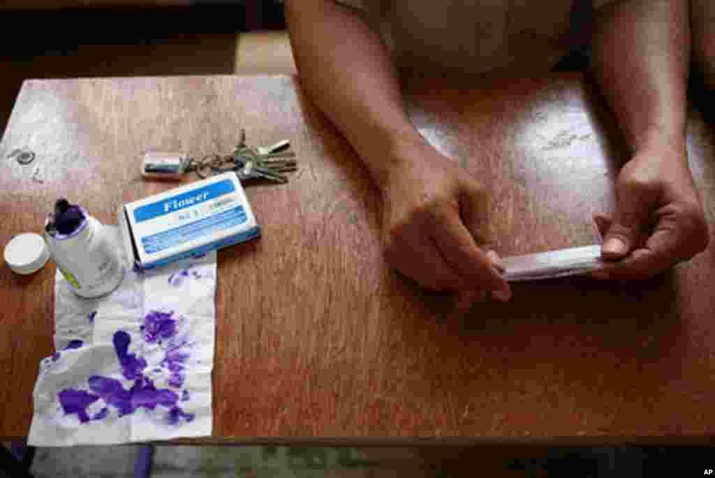 Giới chức bầu cử chở cử tri đến bỏ phiếu tại Cairo, ngày 23/5/2012 (Y. Weeks/VOA)