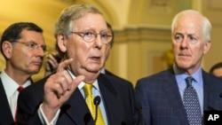 Ketua mayoritas Senat AS, Mitch McConnel memberikan penjelasan kepada media di Gedung Capitol (6/5).