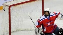 지난 6일 중국 베이징에서 열린 세계 남자아이스하키 선수권 대회에서 북한과 헝가리의 경기에서 북한 골리 리혜용이 골대 안으로 들어가는 폭을 바라보고 있다.