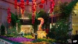 Resor kasino Bellagio tampak dihiasi dengan pernak pernik, seperti lampion merah, uang-uangan emas, dan ular-ularan setinggi sembilan kaki, untuk menyambut tahun baru Cina. Menurut almanak Cina, tahun ini adalah tahun ular (foto: dok).