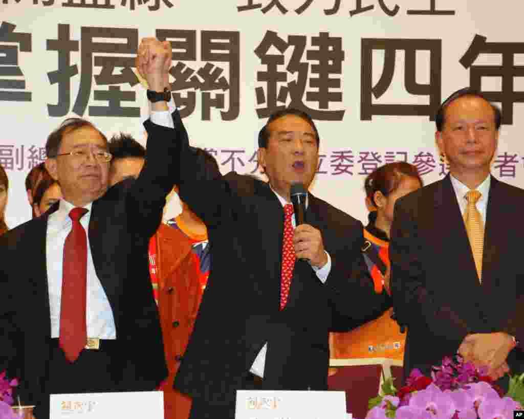 亲民党总统副总统参选人宋楚瑜(中)和林瑞雄(左)以及亲民党秘书长秦金生在记者会上