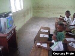 کودکان در یک اردوگاه پناهجویان در نیجریه به تماشای برنامه «سسمی استریت» نشسته اند