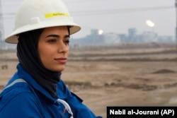 Ayat Rawthan, seorang insinyur perminyakan, berfoto dekat lapangan minyak di luar kota Basra, Irak, 5 Februari 2021. (Foto: Nabil al-Jourani/Associated Press)