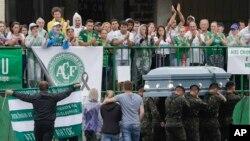 Des militaires brésiliens portent les cercueils des footballeurs et de la délégation du club Chapecoense, victimes d'un crash aérien en Colombie, pour un dernier hommage au stade Arena Conda à Chapecó, au Brésil, le 3 décembre 2016.