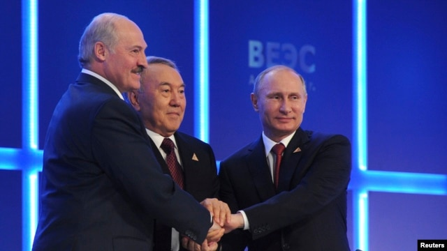Russian President Vladimir Putin (R), Kazakh President Nursultan Nazarbayev (C) and Belarus President Alexander Lukashenko shake hands during a meeting of the Eurasian Economic Union in Astana, Kazakhstan, May 29, 2014.