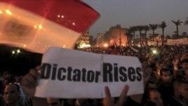 Masu zanga-zanga na rera wakokin kin jinin gwamnati a Dandalin Tahrir, birnin Alkahira