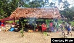 Tim Kementerian Sosial mengirimkan bantuan mengatasi kelaparan di pedalaman Pulau Seram, Maluku. (Foto Kemensos).