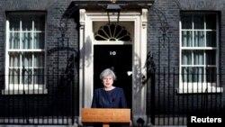 La primera ministra británica, Theresa May, habla a la prensa frente a 10 Downing Street, en el centro de Londres, Reino Unido, el martes, 18 de abril de 2017.