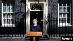La Première ministre Theresa May parle aux journalistes au 10 Downing Street, à Londres, le 18 avril 2017.