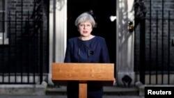Perdana Menteri Inggris Theresa May berbicara kepada media di London, Selasa (18/4).