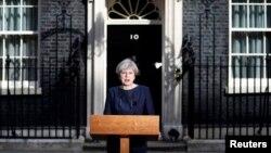 خانم می در مقابل خانه شماره ده، محل کار نخست وزیر بریتانیا