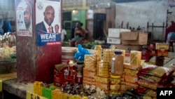 Une affiche électorale illustrant George Weah, alors candidat à la présidentielle, au marché du Rally Time, à Monrovia, Liberia, le 13 octobre 2017.