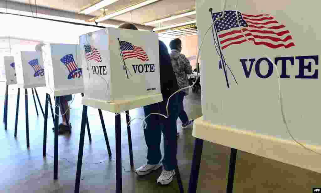 Cử tri Mỹ bỏ phiếu trong cuộc bầu cử giữa kỳ 2014 tại một điểm bỏ phiếu ở thành phố Alhambra, bang California.