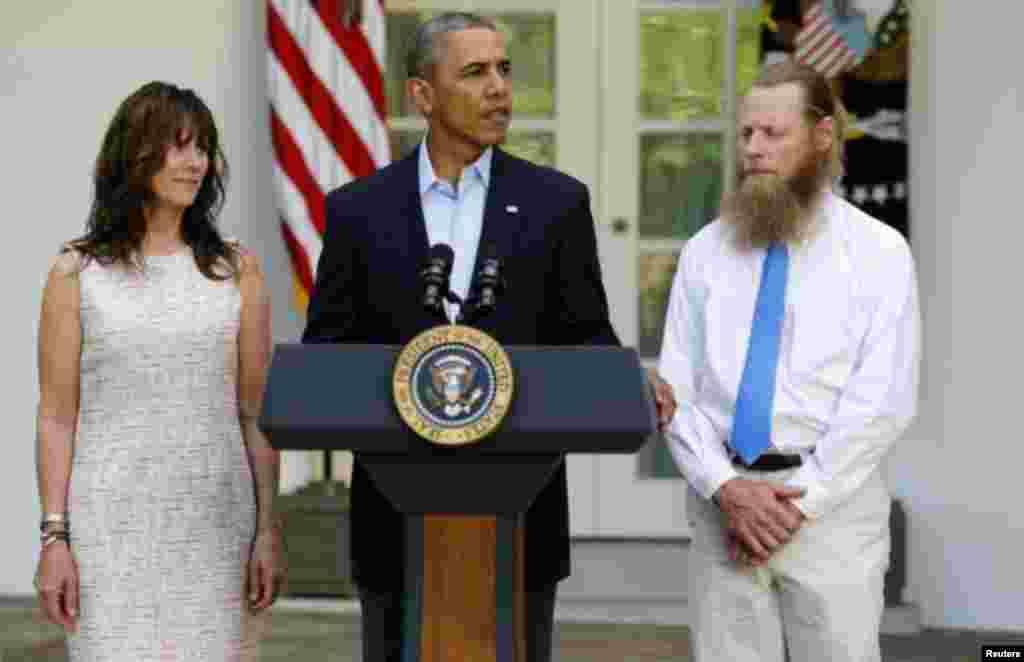 Prezident Barak Obama Oq uyda Bo Bergdal ota-onasi bilan