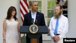 31일, 아들의 석방 소식을 알리는 백악관 기자회견 자리에 함께 한 버그달 병장의 부모.