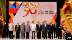 FILE: Philippine President Rodrigo Duterte, sixth from left, poses with descendants and representatives of the ASEAN Founding Fathers at the closing ceremony of the 50th ASEAN Foreign Ministers Meeting and its 50th Grand Celebration Tuesday Aug. 8, 2017 at the Philippine International Convention Center in Manila, Philippines. (AP Photo/Bullit Marquez)