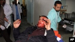Người Palestine bị thương được đưa vào bệnh viện để chữa trị sau vụ không kích của Israel tại Rafah, phía nam dải Gaza, ngày 10/3/2012