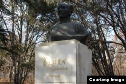 北京大学校园内老校长蔡元培之像。蔡元培提倡学术自由、教育自由、思想自由,而今北京大学被认为大反其道(美国之音拍摄)