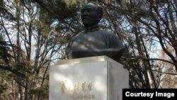 北京大学校园内老校长蔡元培之像。蔡元培提倡学术自由、教育自由、思想自由,而 今北京大学被认为大反其道(美国之音拍摄)