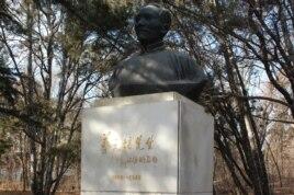 北京大學校園內老校長蔡元培之像(美國之音拍攝)