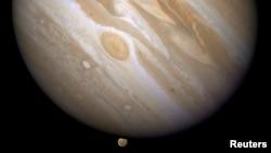 Planet Yupiter dengan salah satu bulan yang mengorbitinya, Ganymede (bawah). (Foto: NASA)