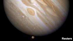 Planet Yupiter dan salah satu bulannya, Ganymede (bawah), dalam foto yang dirilis NASA, 9 April 2007.