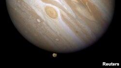 La planète Jupiter avec, tout en bas de cette photo fournie par la Nasa le 9 avril 2009, Ganymède, la plus grosse des lunes de la plus grosse planète du Système solaire.